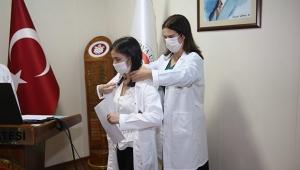 Tıp öğrencileri beyaz önlüklerini giydi