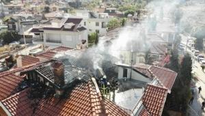 Apartmanın çatı katı alev aldı