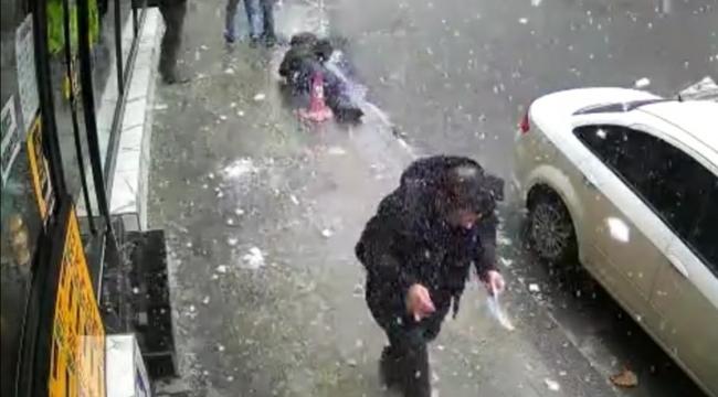 Başına buz sarkıtı düştü