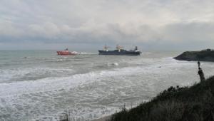 Karaya oturan gemi römorkör ile çekildi