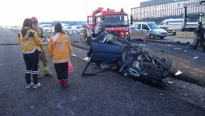 Kontrolden çıkan otomobil beton bariyere çarptı
