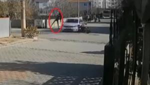 Motosikletiyle çarptığı otomobilin üzerinden uçtu