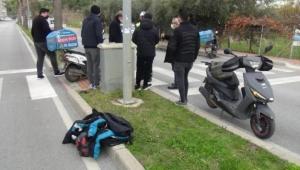 Pizza paket servis motosikletleri boş caddede çarpıştı