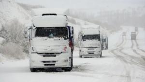 Yoğun kar yağışı ulaşımı aksattı