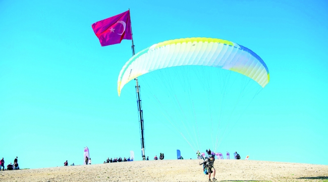 Adana semaları yamaç paraşütüyle renklendi