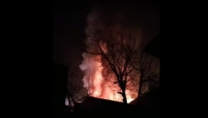 Bina çatısında korkutan yangın