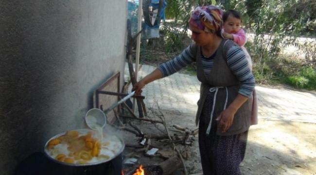 Turunç tatlısı yaparak aile ekonomilerine katkı sağlıyorlar
