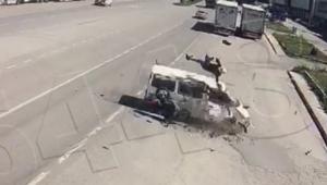 Çarpmanın etkisiyle havalanıp minibüsün üzerine düştü