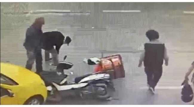 Kaza yapan motosikletliye yardım etmek yerine telefonunu çaldı
