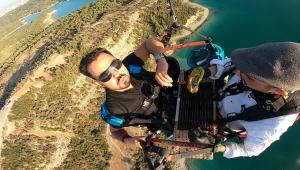 Yamaç paraşütü yapan aşçı havada hamburger hazırladı