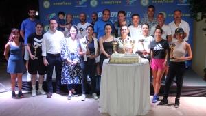 Senyör tenisçilere kupaları verildi