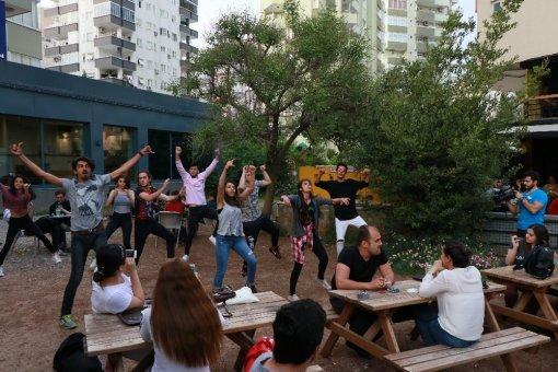 Adana'da Cafe Ve Caddelerde Dünya Dans Günü Etkinliği