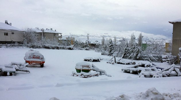 Adana'da kar yolları ulaşıma kapattı