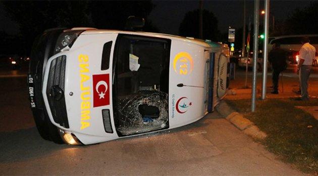 Ambulans takla attı yaralılar var