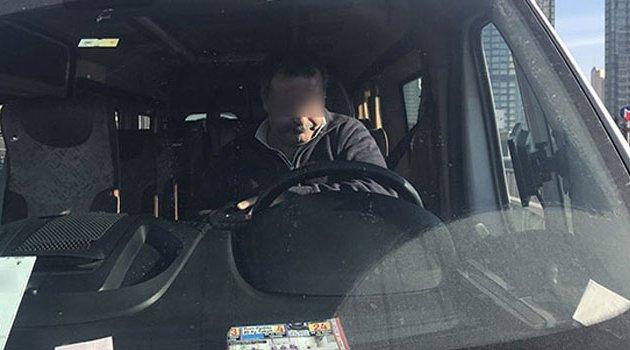 Bonzai içen şoför direksiyon başında sızdı