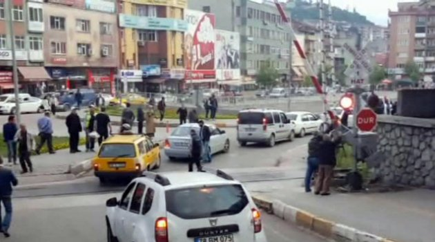 Demiryolu geçidine Türk usulü tehlikeli çözüm