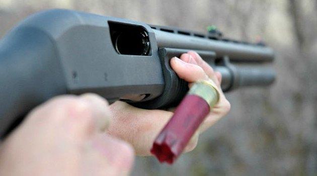 Genç adam babasının av tüfeğini temizlerken yaralandı