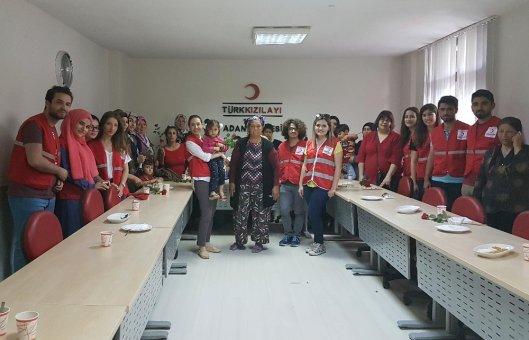 Genç Kızılay Gönüllüleri, Anneleri En Özel Günlerinde Yalnız Bırakmadı
