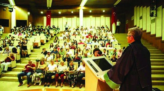 İletişim Fakültesi yeni mezunlarını uğurladı