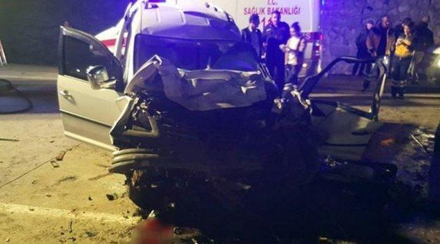 Kamyonet ile araç çarpıştı! 4 ölü 2 yaralı