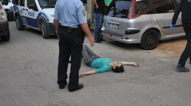 Kocasını merdivende bıçaklayarak öldürdü