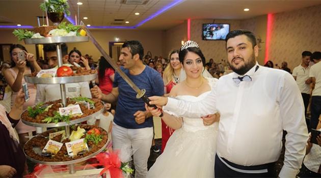 Düğünde Pasta Yerine 'Çiğ Köfte' Kestiler