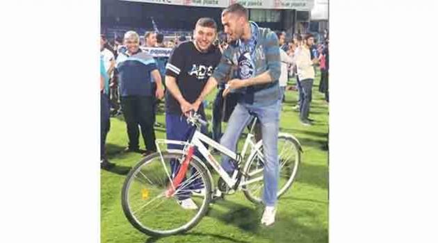 Maç sonrası sahaya bisikletiyle girdi