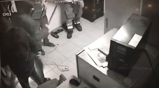 Petrol istasyonunu döner bıçaklarıyla gasp ettiler