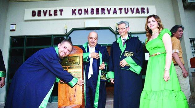 Şenlik havasında mezuniyet
