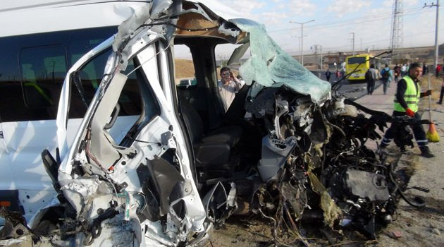 Servis ile otobüs çarpıştı! 10'u öğrenci 15 yaralı var