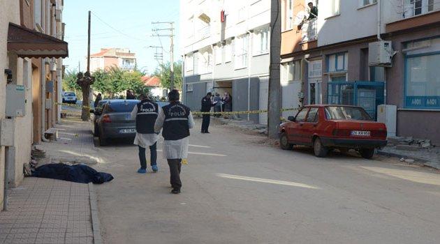 Sokak ortasında erkek cesedi buldular