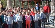 5 polis şehit veren köyün öğrencilerine polisten giyecek yardımı