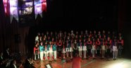 8 dilde şarkılar söyleyip barış mesajı verdiler