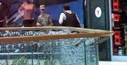 Asker AVM çalışanlarını rehin aldı