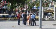 Valilik önünde soyunarak elektrik faturasını protesto etti