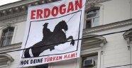 Büyükelçilik binasında skandal pankart