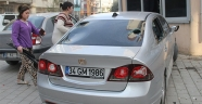 Eşiyle tartışan kadın, öfkesini kocasının otomobilinden çıkardı