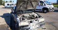 Eski model otomobil seyir halindeyken yandı