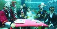 Gelinlik ve damatlıkla su altında nikah
