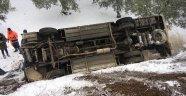 Halk otobüsü kar sebebiyle takla attı