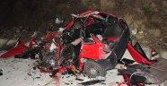 Otobüs ile otomobil kafa kafaya çarpıştı! 3 ölü 12 yaralı