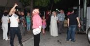 """Tutuklanan polisleri """"Türkiye'nin gururusunuz"""" tezahüratlarıyla uğurladılar"""