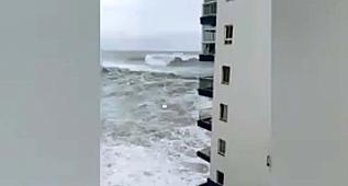 Dalgalar dairenin balkonunu yıktı