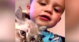 Kediyle küçük çocuk gülmekten kırdı geçirdi