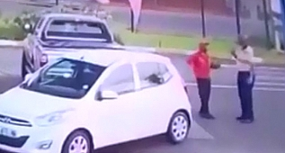 Arabasına çarpan adamı yumrukladı