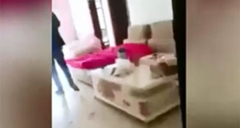Öfkeli eş metresinin evini dağıttı
