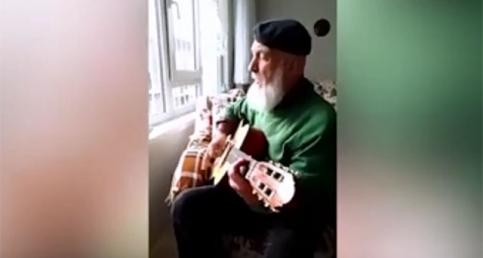 Yaşlı adamdan hayran bırakan performans