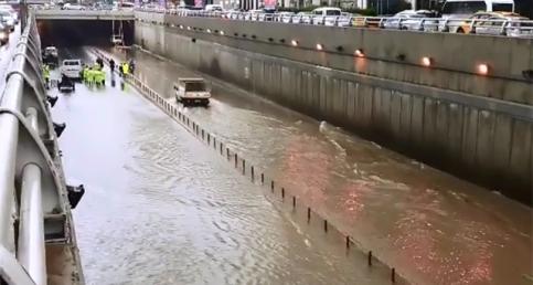 Adana'da aşırı yağmur hayatı felç etti