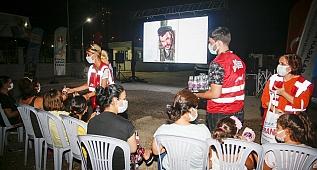 Kültürel etkinliklerle halkın iyi zaman geçirmesini amaçlayan Adana Büyükşehir Belediyesi mahallelerde sinema şenliğine devam ediyor