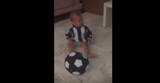 Beşiktaş marşını duyunca ağlamayı bırakan bebek
